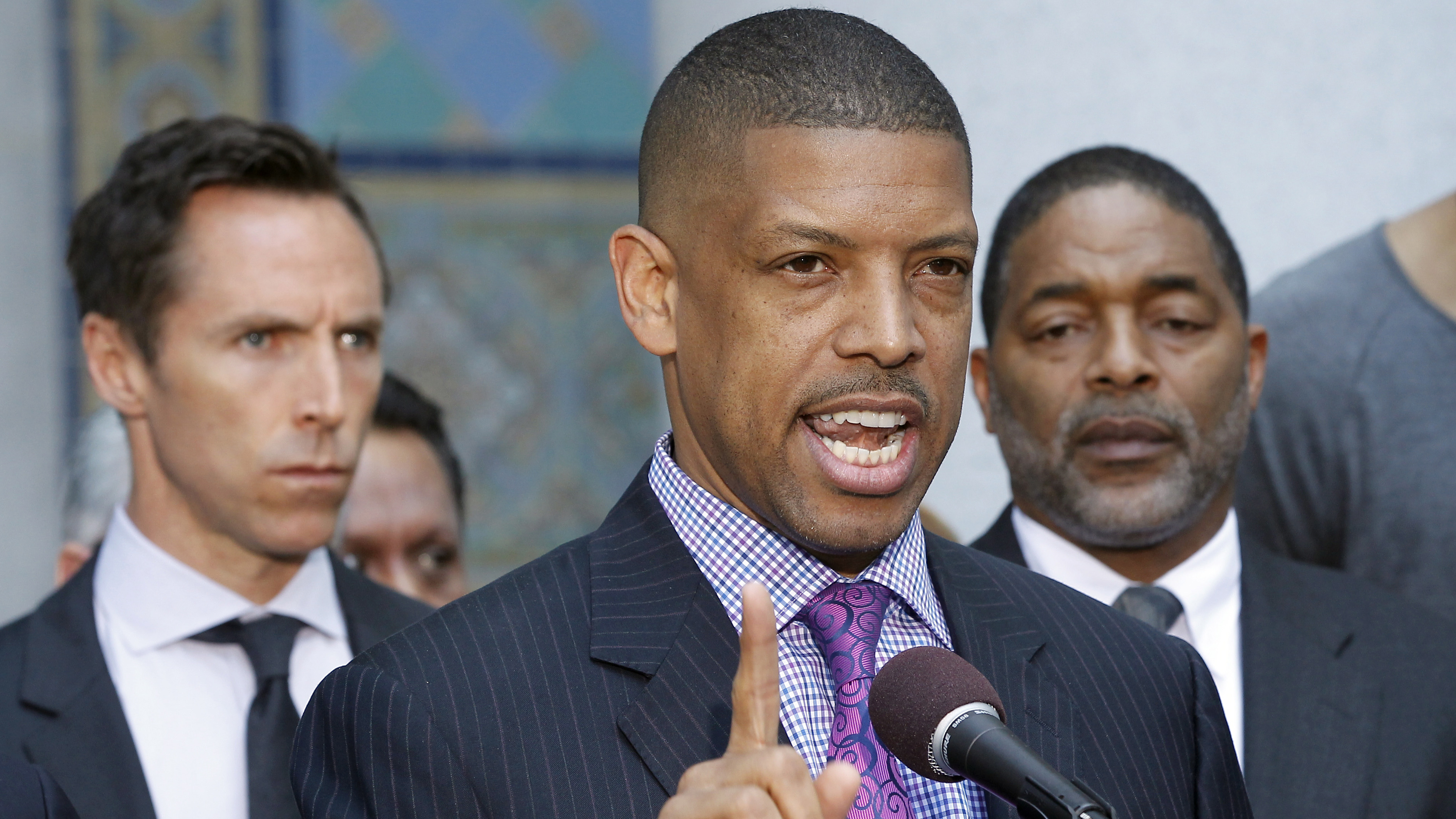 Sacramento mayor Kevin Johnson beats up man who threw pie in his