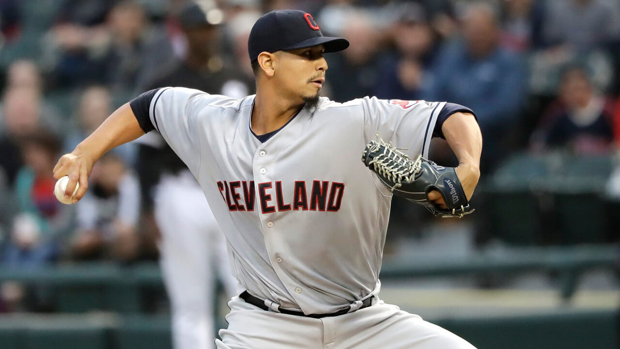 Carlos-carrasco-pitches-for-indians-against-white-sox