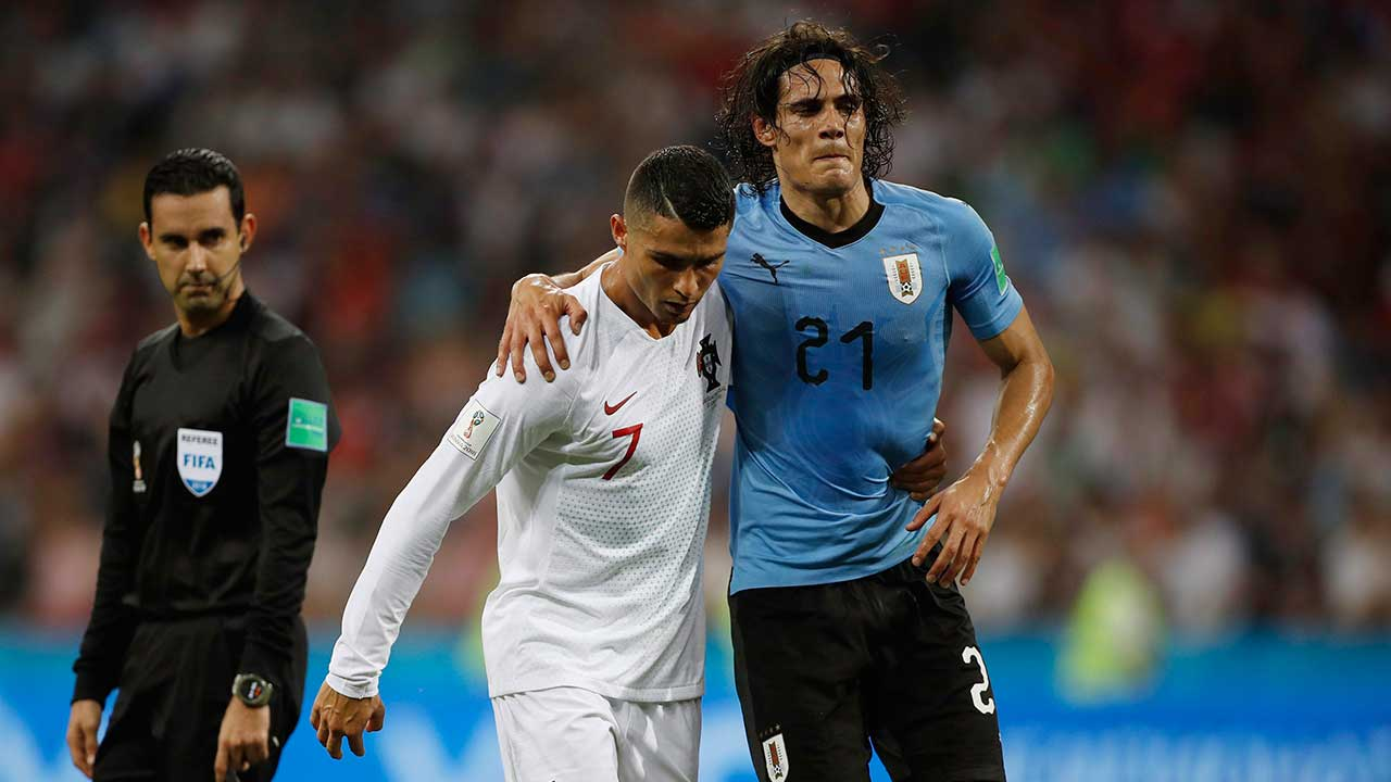 Cristiano-ronaldo-helps-edinson-cavani-off-the-pitch